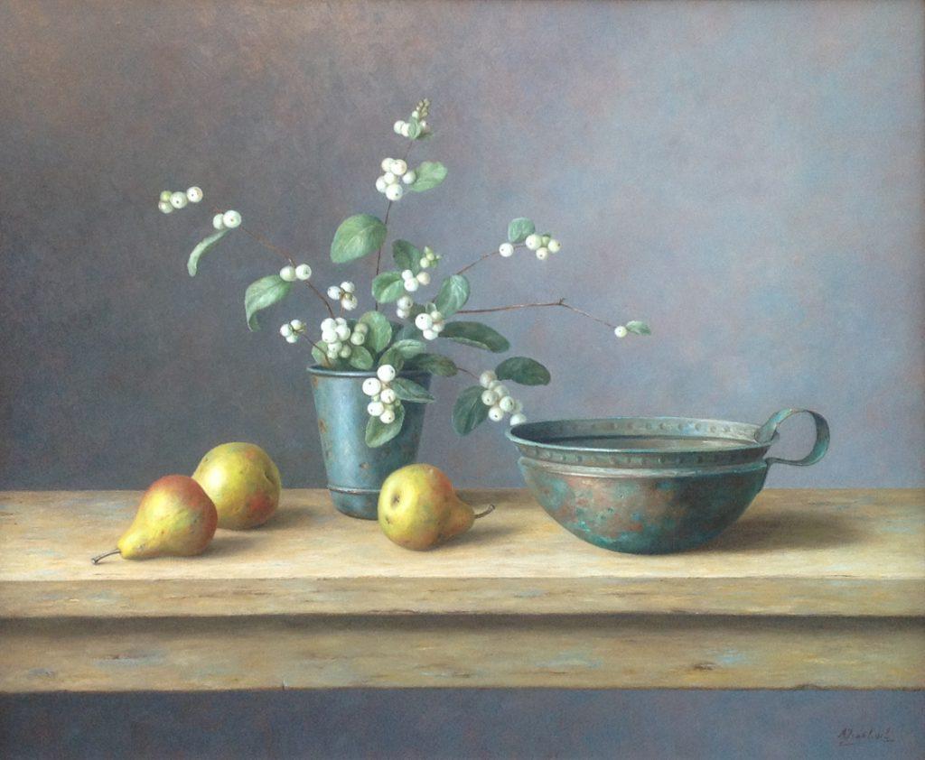 A8483 Annelies Jonkhart Stilleven met peertjes en bronzen nap olie op paneel, 50 x 60 cm r.o. gesigneerd, schilderijen te koop, kunst te koop, galerie wijdemeren breukeleveen