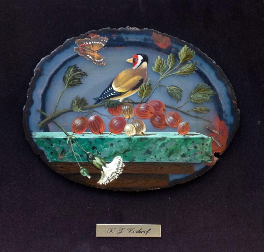 Kunst te koop bij Galerie Wijdemeren door Hans Verhoef Stilleven met vogel en vlinder olie op agaat, 37 x 37 cm