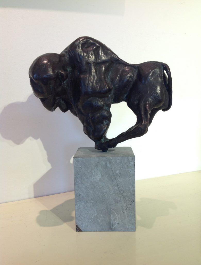 Kunstenaar Theo Mackaay B7998, Theo Mackaay Bison brons, ca 22 cm hoog verkocht