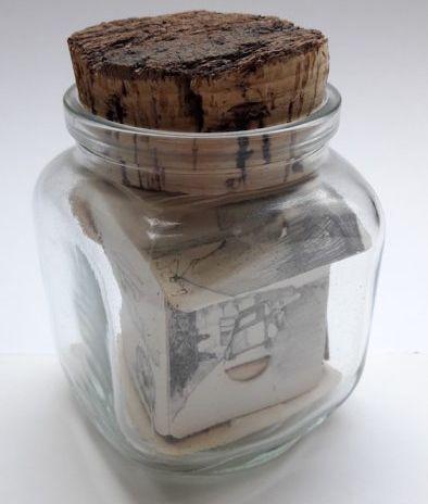 Kunstenaar Franciscus Simons B9233, Ciska Simons Gevouwen litho op papier en luciferdoosje in een glazen pot. Afmeting: 11 x 8 x 8 cm Verkocht