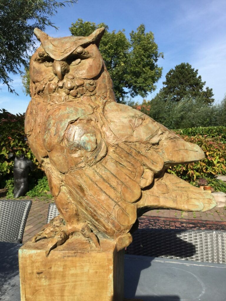 Kunstenaar Coba Koster C2189W, Coba Koster 'De grote Oehoe' Sculptuurmaat: 66 x 45 x 24 cm Brons