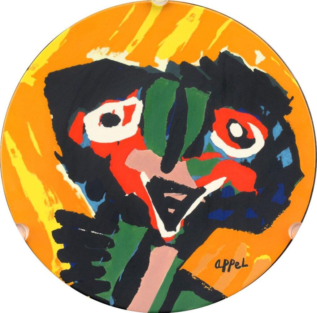 Kunstenaar Karel Appel C2679 Karel Appel Dancing Girl Schaal van keramiek, diameter 33 cm Oplage 22/999, in plexiglazen standaard particuliere collectie