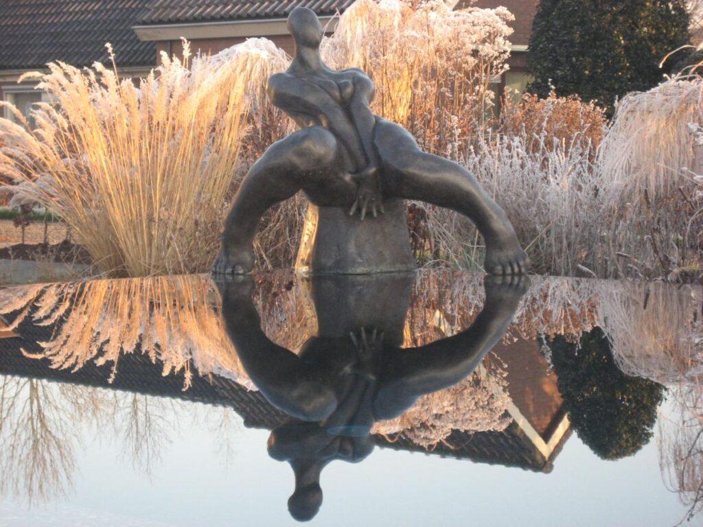Kunstenaar Bart van Hoek C3522 Bart van Hoek Zittende dame brons, ca. 99 cm hoog