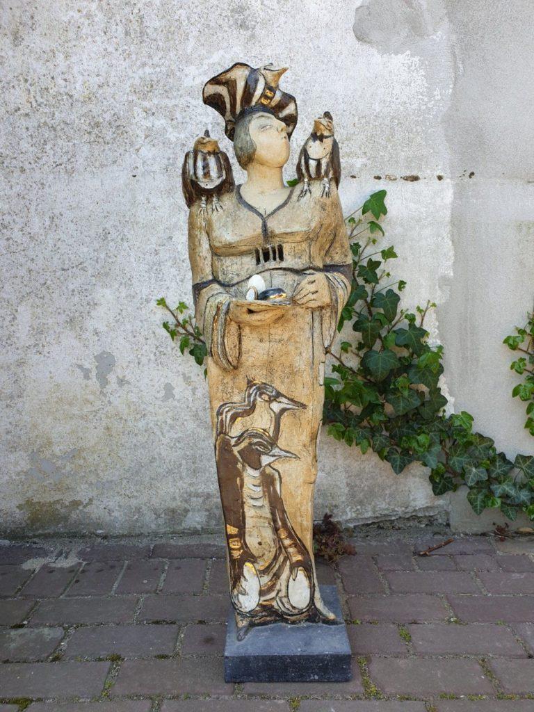 Kunst te koop van kunstschilder Hermien Buytendijk Vogelfluisteraarster raku-keramiek afmetingen: 98 cm hoog, 30 cm breed, 20 cm diep gesigneerd aan achterzijde, Expositie Galerie Wijdemeren Breukeleveen