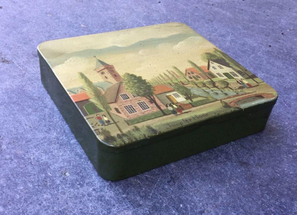 Schilderijen te koop van kunstschilder Jaap ter Haar Dorpsgezicht met kerktoren olie op blikken sigarendoosje, 12.5 x 13 cm, 3 cm hoog midden onder gesigneerd, Expositie Galerie Wijdemeren Breukeleveen