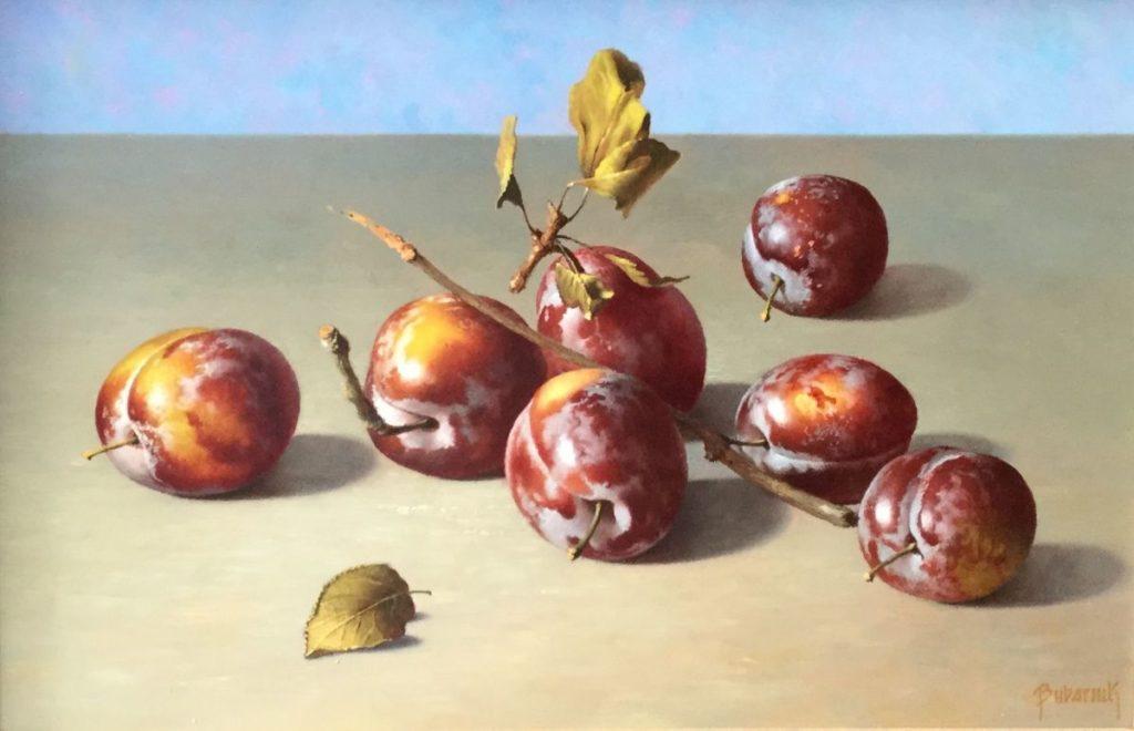 Schilderijen te koop bij Galerie Wijdemeren Breukeleveen, Gyula Bubarnik Stilleven met pruimen olie op multiplex, 30 x 20 cm rechtsonder gesigneerd