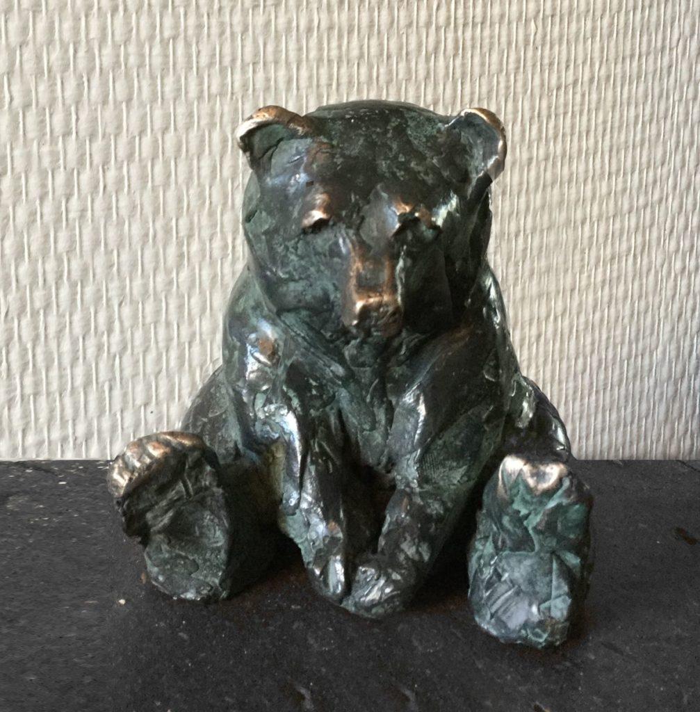 Kunst te koop bij Galerie Wijdemeren, van kunstenares Marjolijn Dijkhuis Beertje brons, oplage 2/12, ca. 10 cm hoog