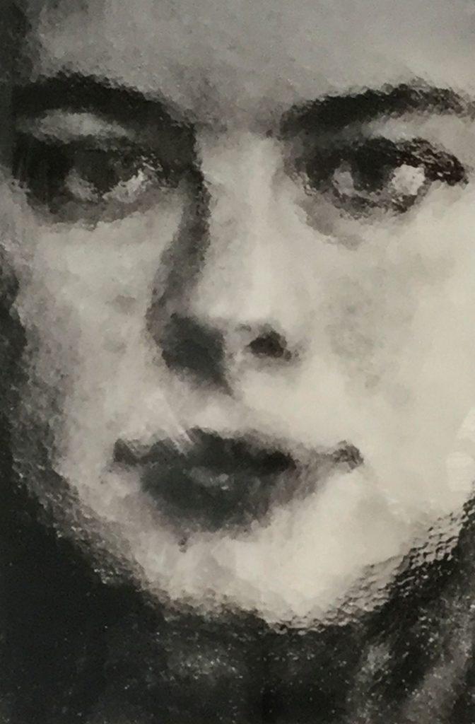 Kunst te koop bij Galerie Wijdemeren van Yasmin Hargreaves Portret door glas fotoprint, 71 x 47.5 cm oplage 1/5