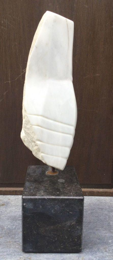 Kunst te koop bij Galerie Wijdemeren van kunstenares Francesca Zijlstra Tors carra marmer, ca. 38 cm hoog gesigneerd onderzijde
